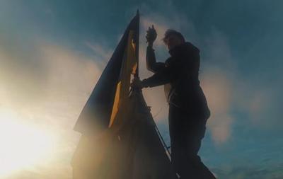 В Киеве повесили флаг Украины на сталинской высотке