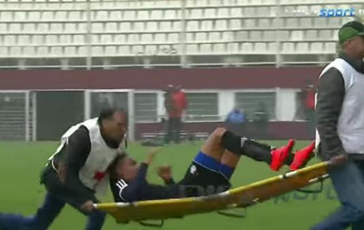 Решили добить: Медики уронили травмированного футболиста