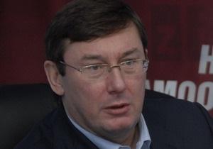 МВД: При попытке забрать джип Луценко на штрафплощадку экс-министр обещал лечь под колеса