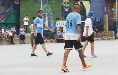 Дэвид Бекхэм сыграл с детьми в трущобах Буэнос-Айреса