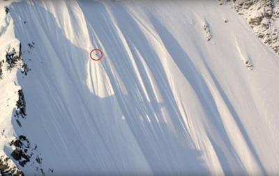 Горнолыжник чудом остался жив после падения с 500-метрового склона