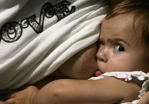 В британском торговом центре более сотни женщин одновременно кормили детей грудью