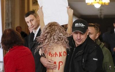 Обнаженная активистка встретила Кличко на выборах