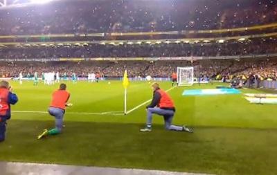 Фанат попросил игрока сборной Ирландии не загораживать обзор во время пенальти