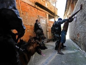 Войну наркоторговцев в Рио-де-Жанейро пытаются остановить 3,5 тысячи полицейских