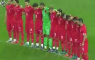 Турецкие фаны скандировали  Аллах Акбар  во время минуты молчания на матче