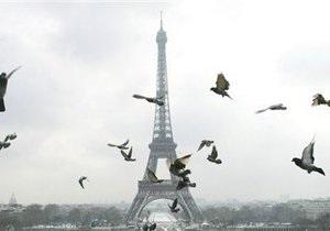 Париж - Мужчина грозит спрыгнуть с Эйфелевой башни