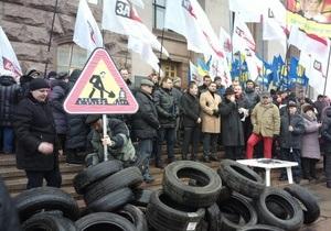 Оппозиционеры раскидали под зданием КГГА десятки шин, протестуя против плохих дорог