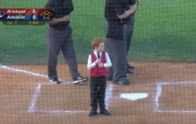 Мальчик с приступом икоты исполнил гимн Австралии перед бейсбольным матчем