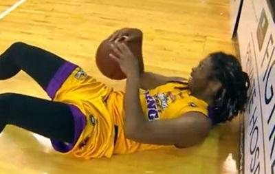 Пивной душ: Болельщик вылил пиво на голову упавшего баскетболиста