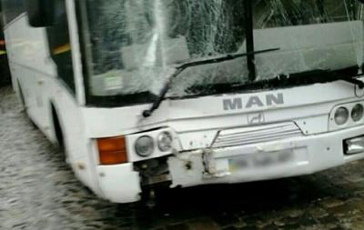 Во Львове туристический автобус въехал в дом