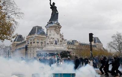 В Париже полиция применила слезоточивый газ против экоактивистов