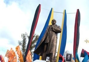 Еще один украинский город присвоил Шухевичу и Бандере звание почетного гражданина