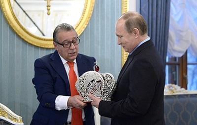 Путину подарили императорскую корону