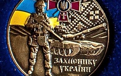 Бойцов АТО наградили знаками с российским танком