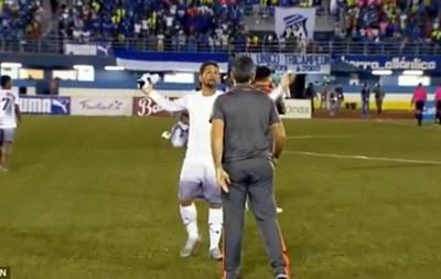 В чемпионате Панамы футболист ударил тренера в челюсть за замену