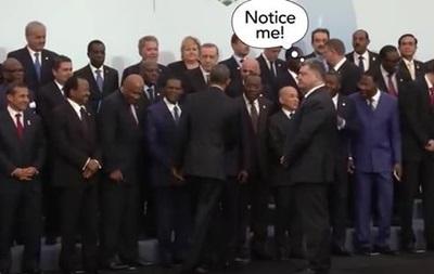 Соцсети веселит видео с Порошенко в Париже