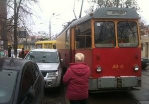 В Киеве на Подоле из-за припаркованного автомобиля образовалась пробка из трамваев
