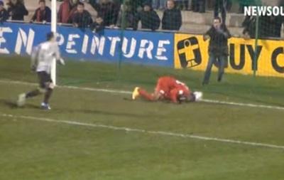 Во Франции игрок забил издевательский гол головой, стоя на коленях
