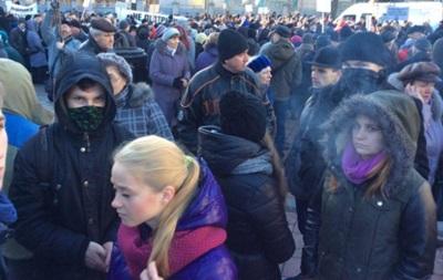 Под Радой растет число митингующих