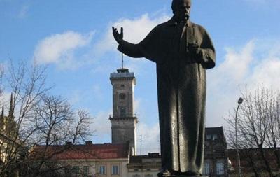 Во Львове студент справил нужду на памятник Шевченко