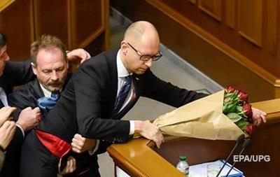 Барна рассказал, зачем вручил Яценюку букет