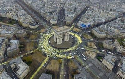 Greenpeace провела акцию на Триумфальной арке