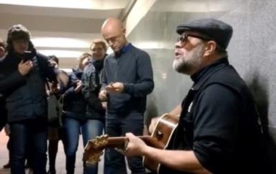 Борис Гребенщиков спел несколько песен в московском подземном переходе
