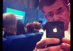 Участники движения Стоп цензуре на пресс-конференции Януковича надели маски с его портретом