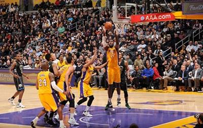 NBA: Редкая победа Лейкерс, Сакраменто побеждает Хьюстон
