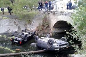 В Феодосии с моста упали две машины, есть пострадавшие