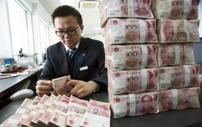 Юань падает к доллару десятый день подряд
