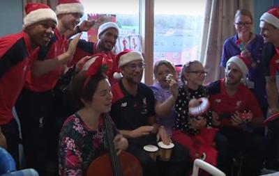 Тренер Ливерпуля поздравил детей с Рождеством, сыграв на инструменте