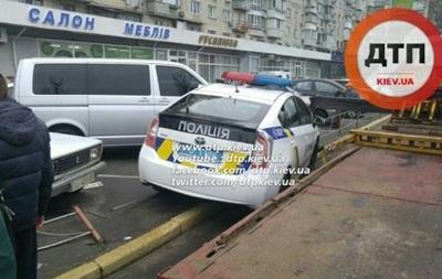 В Киеве авто патрульных врезалось в забор