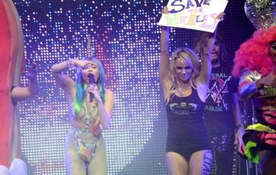 Майли Сайрус и Памела Андерсон на сцене клуба в Лос-Анджелесе