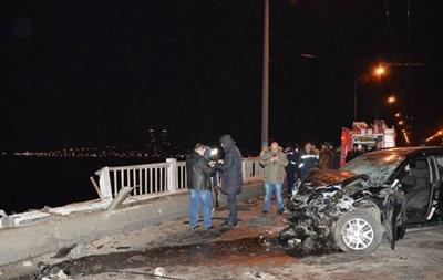 В Днепропетровске авто слетело с моста в Днепр, погибла семья