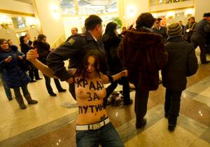 Активистки FEMEN устроили акцию протеста на участке, где голосовал Путин