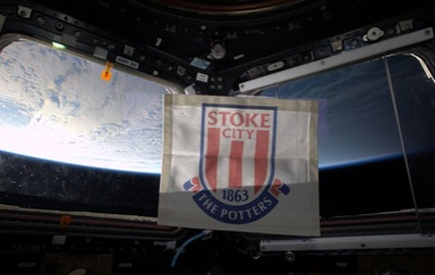 Британский космонавт вывесил флаг Стока на МКС