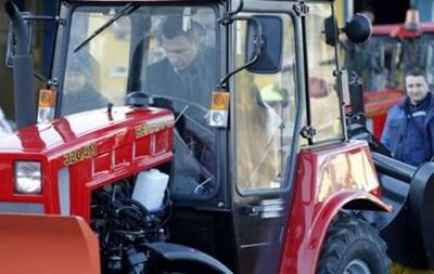 Кличко со второй попытки прокатился на тракторе