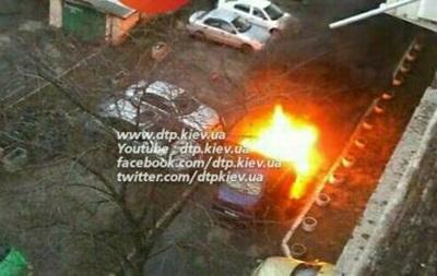 В Киеве во дворе дома взорвалось авто