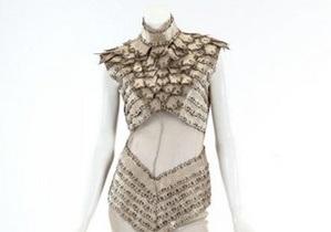 Платье с кровью Lady GaGa выставили на аукцион