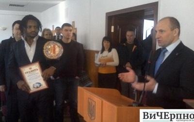 В Украине наградили камерунца, сенсационно победившего русского бойца