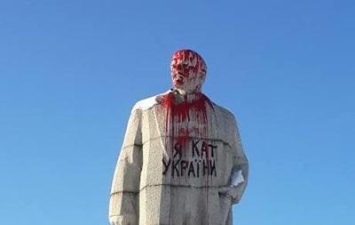 В Лисичанске облили краской памятник Ленину