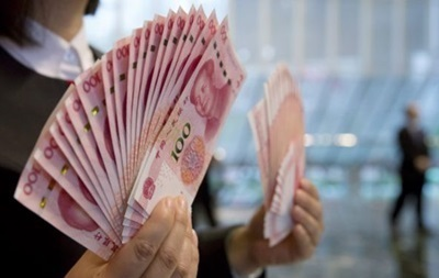 Курс юаня вновь упал до четырехлетнего минимума