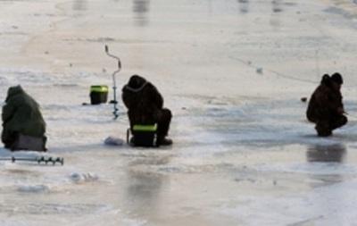 В Киеве рыбаки провалились под лед: есть погибший