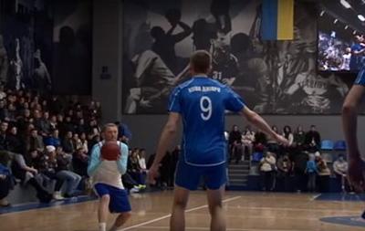 Футболісти «Дніпра» зіграли вбаскетбол і волейбол на«Різдвяних зустрічах»