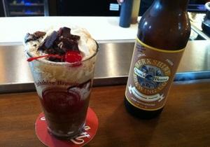 Пиво со взбитыми сливками. В американском кафе готовят коктейль из пива, мороженого и бекона