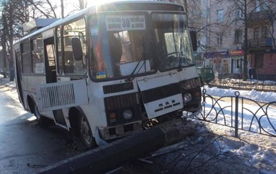 У Черкасах автобус в їхав у стовп: троє поранених