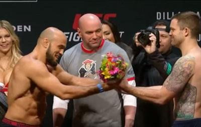 Боєць з боїв без правил подарував супернику квіти на зважуванні