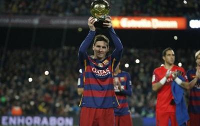 Фанаты Барселоны гигантским баннером поздравили Месси с пятым Золотым мячом